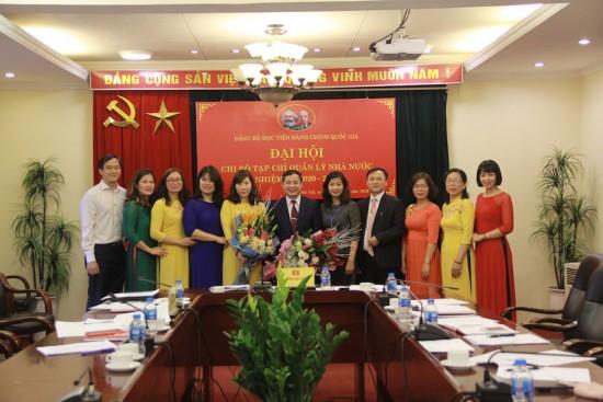 Các đại biểu tham dự Đại hội chụp ảnh lưu niệm cùng Chi bộ Tạp chí Quản lý nhà nước