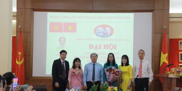 Đồng chí Đặng Xuân Hoan tặng hoa chúc mừng các đồng chí được Đại hội tín nhiệm bầu giữ các chức danh chủ chốt của Chi bộ nhiệm kỳ 2020 - 2022