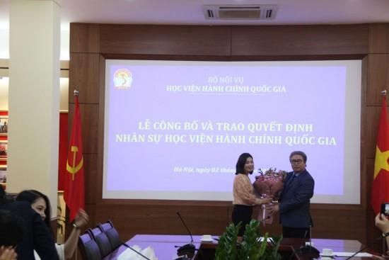 Giám đốc Học viện trao Quyết định và tặng hoa cho  ThS. Nguyễn Thị Thu