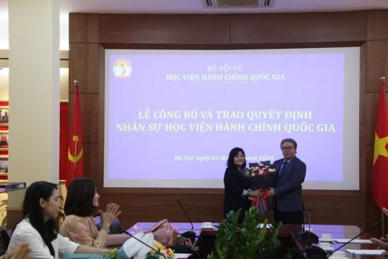 Giám đốc Học viện trao Quyết định và tặng hoa cho TS. Lê Cẩm Hà