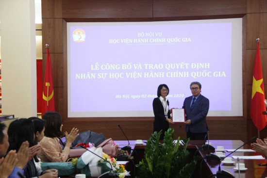 Giám đốc Học viện trao Quyết định cho bà Mai Thị Nhung