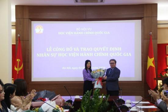 Giám đốc Học viện trao Quyết định và tặng hoa cho