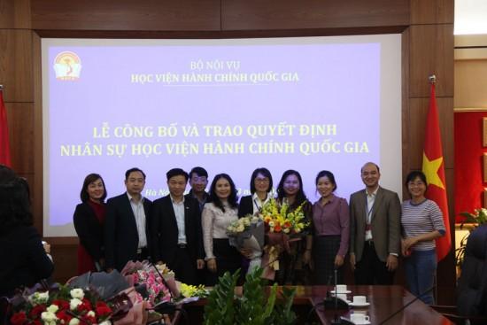 Lãnh đạo và đồng nghiệp lên chúc mừng