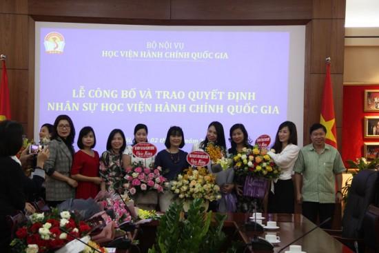 Lãnh đạo và đồng nghiệp chụp ảnh kỷ niệm chúc mừng