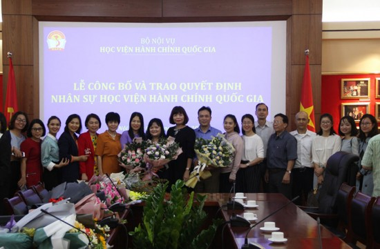 Lãnh đạo, đồng nghiệp chúc mừng và chụp ảnh cùng