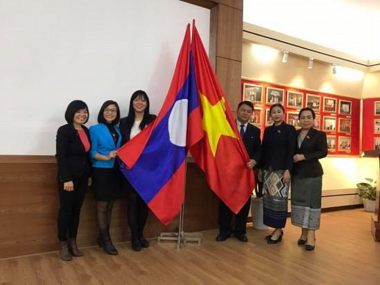 Lãnh đạo và viên chức Ban Hợp tác quốc tế chụp ảnh lưu niệm với đoàn học viên Lào sang học tập và nghiên cứu tại Học viện