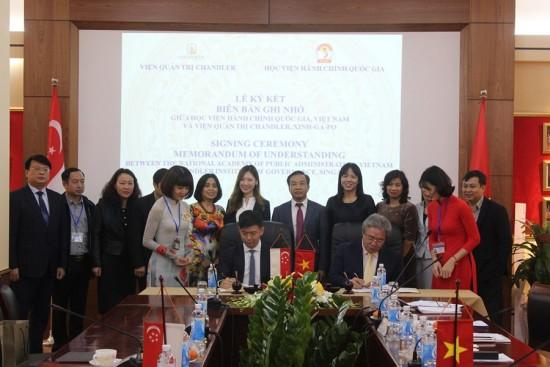 Giám đốc Học viện ký biên bản ghi nhớ hợp tác giữa Học viện và Viện Quản trị Chandler, Xinh-ga-po, 2020