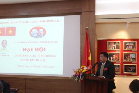 Đại biểu trình bày tham luận tại Đại hội