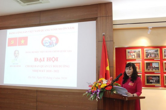 Đ/c Lê Phương Thuý - Phó Bí thư Chi bộ Ban QLBD trình bày Báo cáo chính trị tổng kết nhiệm kỳ 2017 - 2020, phương hướng, nhiệm vụ nhiệm kỳ 2020 - 2022