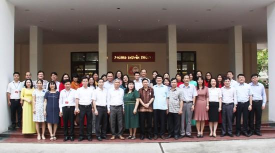 Các đại biểu dự buổi Tọa đàm chụp ảnh kỷ niệm