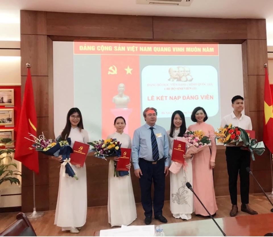 Đồng chí Đặng Xuân Hoan – Bí thư Đảng uỷ, Giám đốc Học viện trao Quyết định kết nạp đảng viên mới cho các đảng viên khoá 17