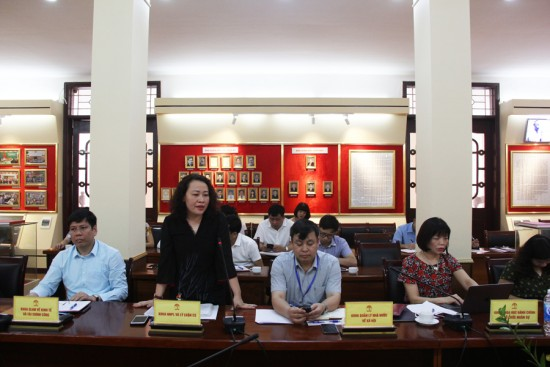 PGS.TS. Trần Thị Diệu Oanh, Trưởng khoa Nhà nước - Pháp luật và Lý luận cơ sở phát biểu tại buổi họp.