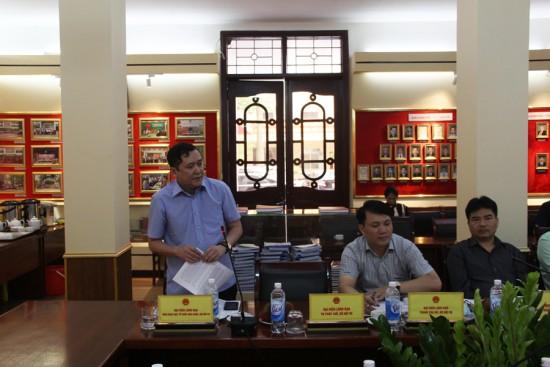 Đồng chí  Lê Anh Tuấn, Phó Viện trưởng Viện Khoa học tổ chức nhà nước  phát biểu góp ý dự thảo Đề án.