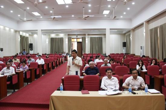 Đồng chí Nguyễn Văn Hậu, Giám đốc Trung tâm Ngoại ngữ -  Tin học và Thông tin - Thư viện phát biểu tại Hội nghị