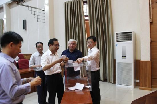 Hình ảnh các đại biểu bỏ phiếu tín nhiệm trong Hội nghị