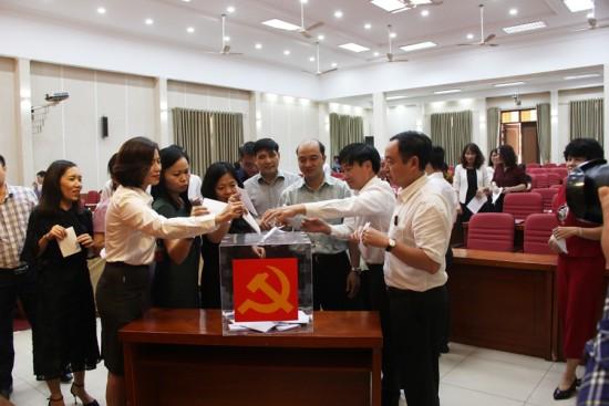 Hình ảnh các đại biểu bỏ phiếu tín nhiệm tại Hội nghị