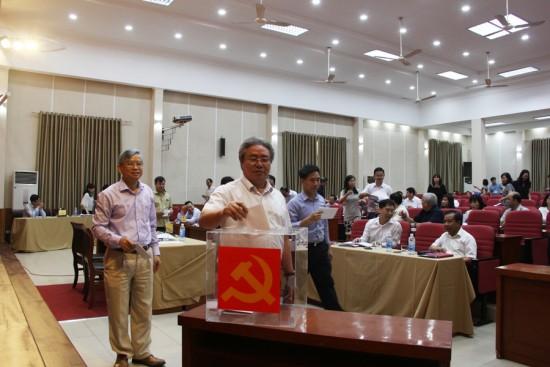 Hình ảnh các đại biểu bỏ phiếu tín nhiệm
