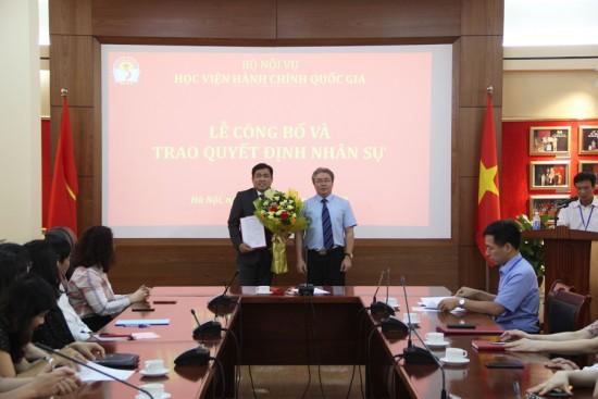 TS. Đặng Xuân Hoan, Giám đốc Học viện trao Quyết định và tặng hoa chúc mừng