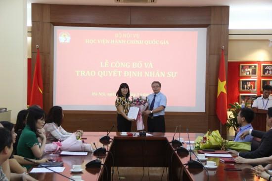 TS. Đặng Xuân Hoan, Giám đốc Học viện trao Quyết định và tặng hoa chúc mừng TS.
