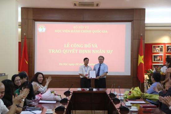 TS. Đặng Xuân Hoan, Giám đốc Học viện trao Quyết định cho đồng chí Phạm