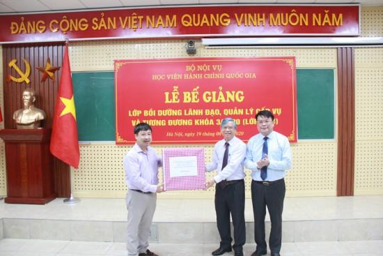 Đồng chí Phạm Văn Thuận thay mặt các học viên cảm ơn và tặng quà Lãnh đạo Học viện