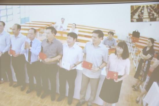 Hình ảnh các học viên tại điểm cầu TP Hồ Chí Minh nhận chứng chỉ