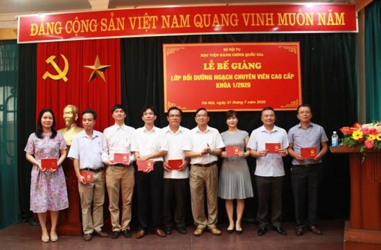 NGƯT. TS. Vũ Thanh Xuân, Phó Giám đốc Học viện trao chứng chỉ cho các học viên