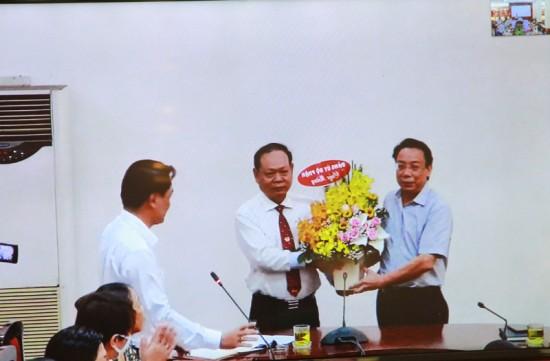 TS. Huỳnh Văn Thới, Phó Giám đốc Phân viện trao Quyết định và tặng hoa