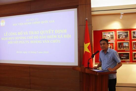 Đồng chí Lê Hoàng Anh, Phó Trưởng Ban tổ chức cán bộ công bố quyết định nghỉ hưu đối với