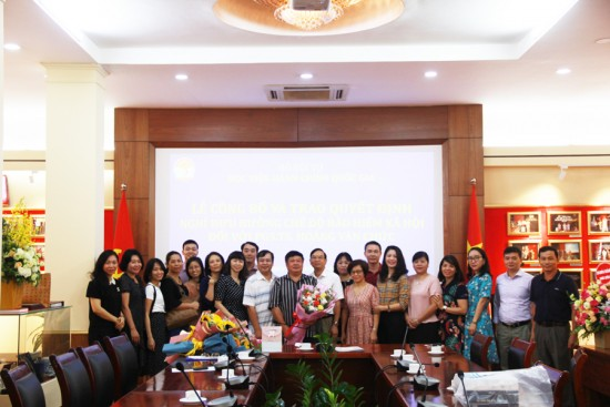 PGS. TS. Hoàng Văn Chức nhận hoa của Lãnh đạo, viên chức và người lao động Học viện