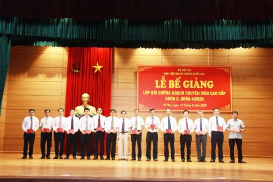 NGƯT. TS Vũ Thanh Xuân, Phó Giám đốc Học viện trao chứng chỉ cho học viên khóa 3 và khóa 4/2020