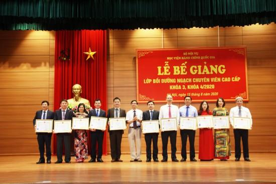 NGƯT. TS. Vũ Thanh Xuân, Phó Giám đốc Học viện trao chứng chỉ và Bằng khen cho các học viên được Giám đốc Học viện khen thưởng