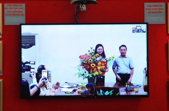 TS. Huỳnh Văn Thới trao Quyết định và tặng hoa chúc mừng ThS. Đinh Thị Hiếu