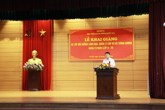 TS. Bùi Huy Tùng, Trưởng Ban, Ban Quản lý bồi dưỡng đọc các Quyết định mở lớp tai Lễ khai giảng