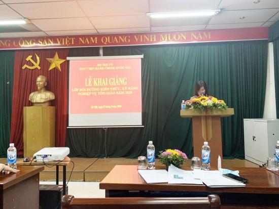 ThS. Đàm Thị Thanh Tâm, phó trưởng phòng công bố Quyết định mở lớp