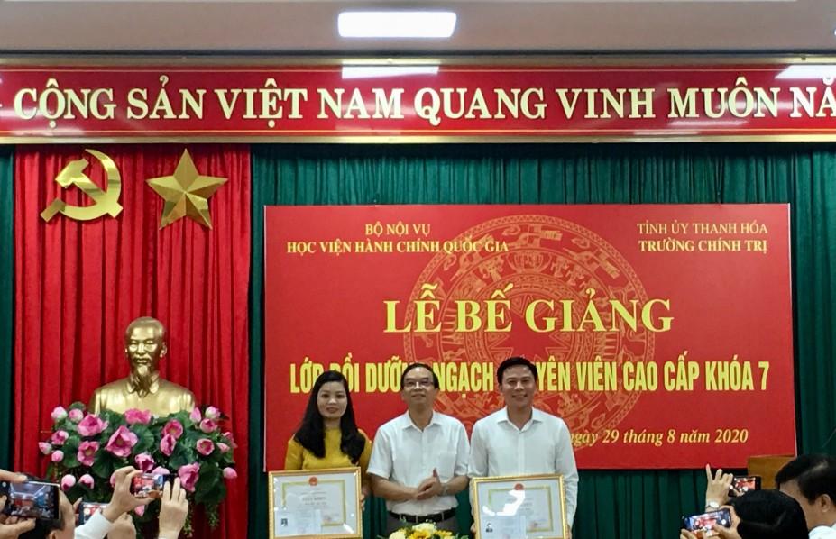 NGƯT.TS. Vũ Thanh Xuân, Phó Giám đốc Học viện Hành chính Quốc gia trao khen thưởng cho học viên