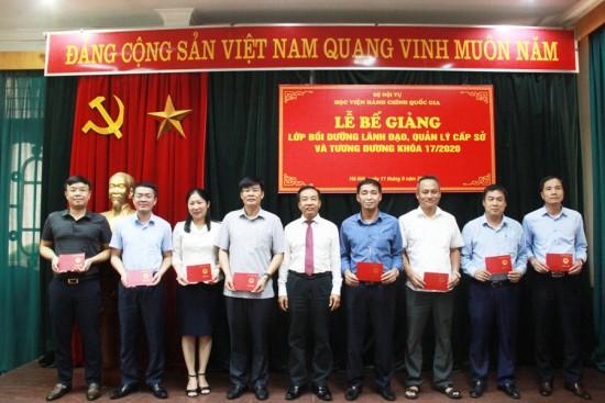 TS. Nguyễn Đăng Quế, Phó Giám đốc Học viện trao chứng chỉ cho các học viên