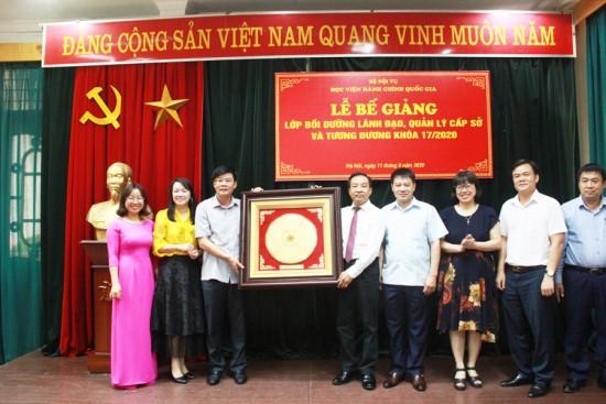 TS. Nguyễn Đăng Quế, Phó Giám đốc Học viện cùng đại diện Ban Quản lý bồi dưỡng nhận quà lưu niệm của lớp
