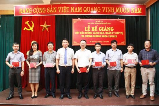 TS. Bùi Huy Tùng, Trưởng Ban Quản lý bồi dưỡng trao chứng chỉ cho các học viên tại Lễ bế giảng