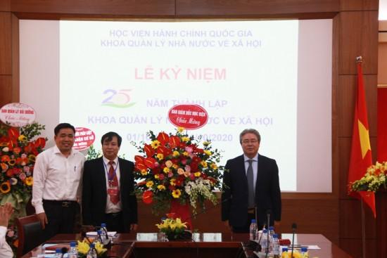 TS. Đặng Xuân Hoan, Giám đốc Học viện tặng hoa chúc mừng tập thể Khoa Quản lý nhà nước về Xã hội