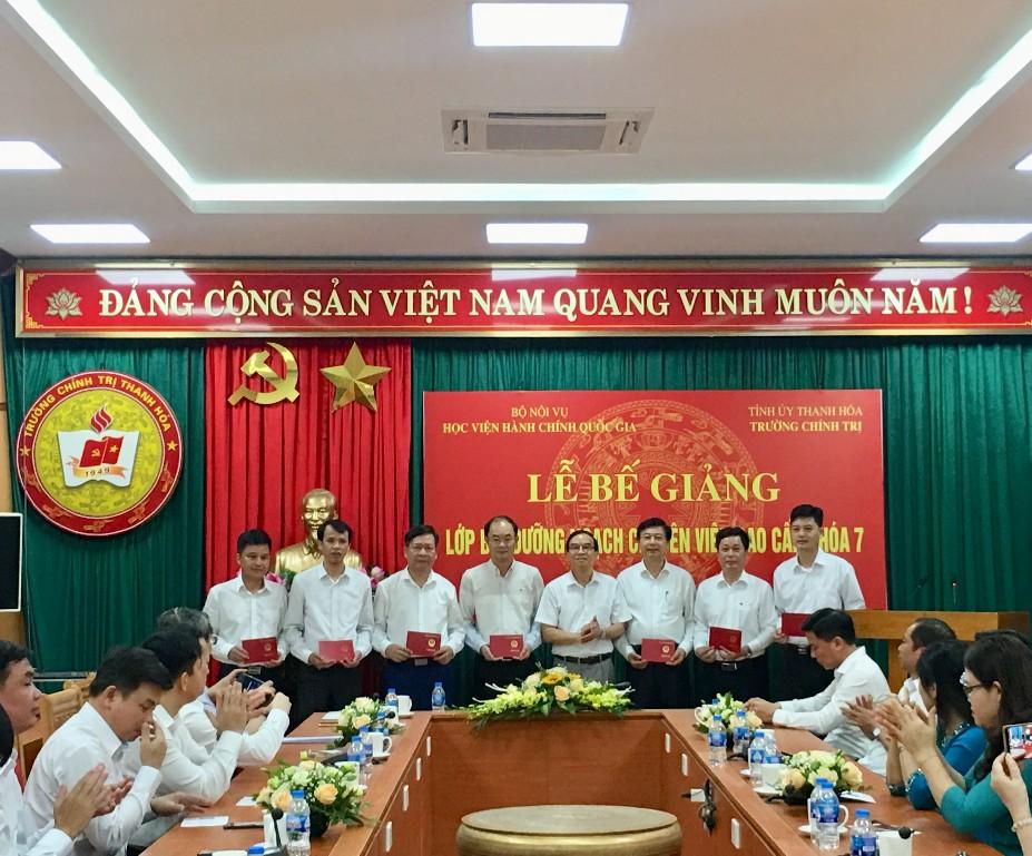 NGƯT.TS. Vũ Thanh Xuân, Phó Giám đốc Học viện Hành chính Quốc gia trao chứng chỉ cho các học viên