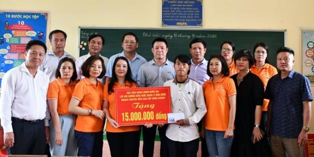 Tập thể lớp đi thiện nguyện tại Bản Phung, Văn Bàn (nơi xảy ra sập cổng trường)