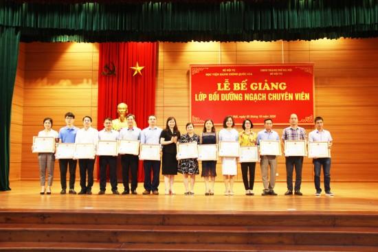 ThS. Lê Phương Thúy, Phó trưởng Ban quản lý bồi dưỡng trao giấy khen của Giám đốc Học viện cho các học viên