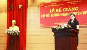 ThS. Lê Phương Thúy, Phó Trưởng Ban Quản lý bồi dưỡng phát biểu tại Lễ Bế giảng