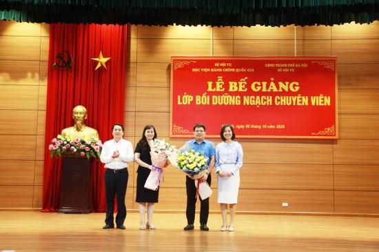 Đại diện học viên khóa 1 tặng hoa cảm ơn các thầy cô Ban Quản lý bồi dưỡng và đại diện Sở Nội vụ
