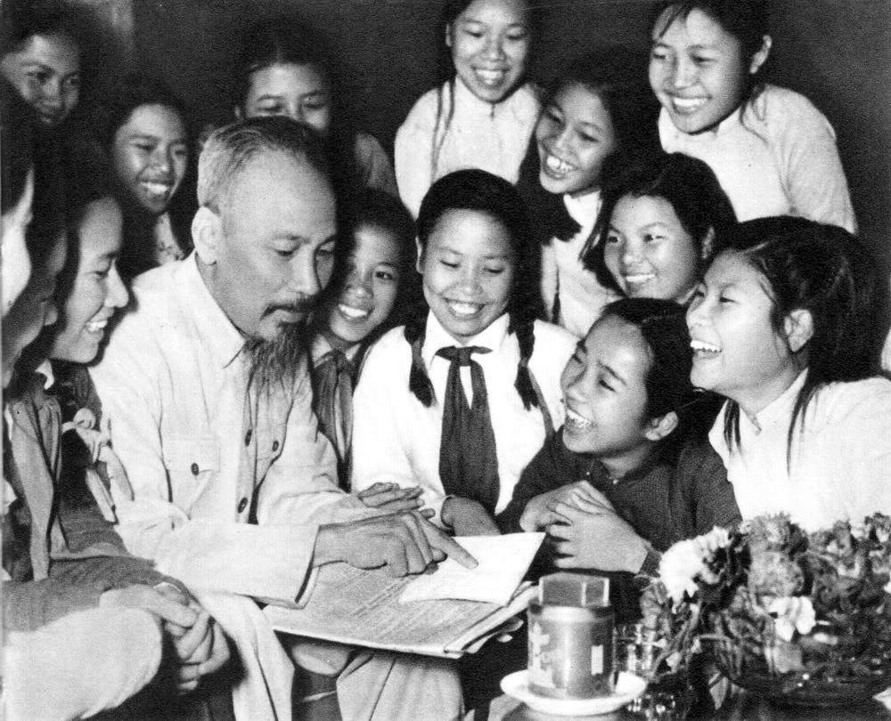 Đại biểu học sinh trường trung học Trưng Vương (Hà Nội) đến chúc thọ Hồ Chủ Tịch (5.1956).